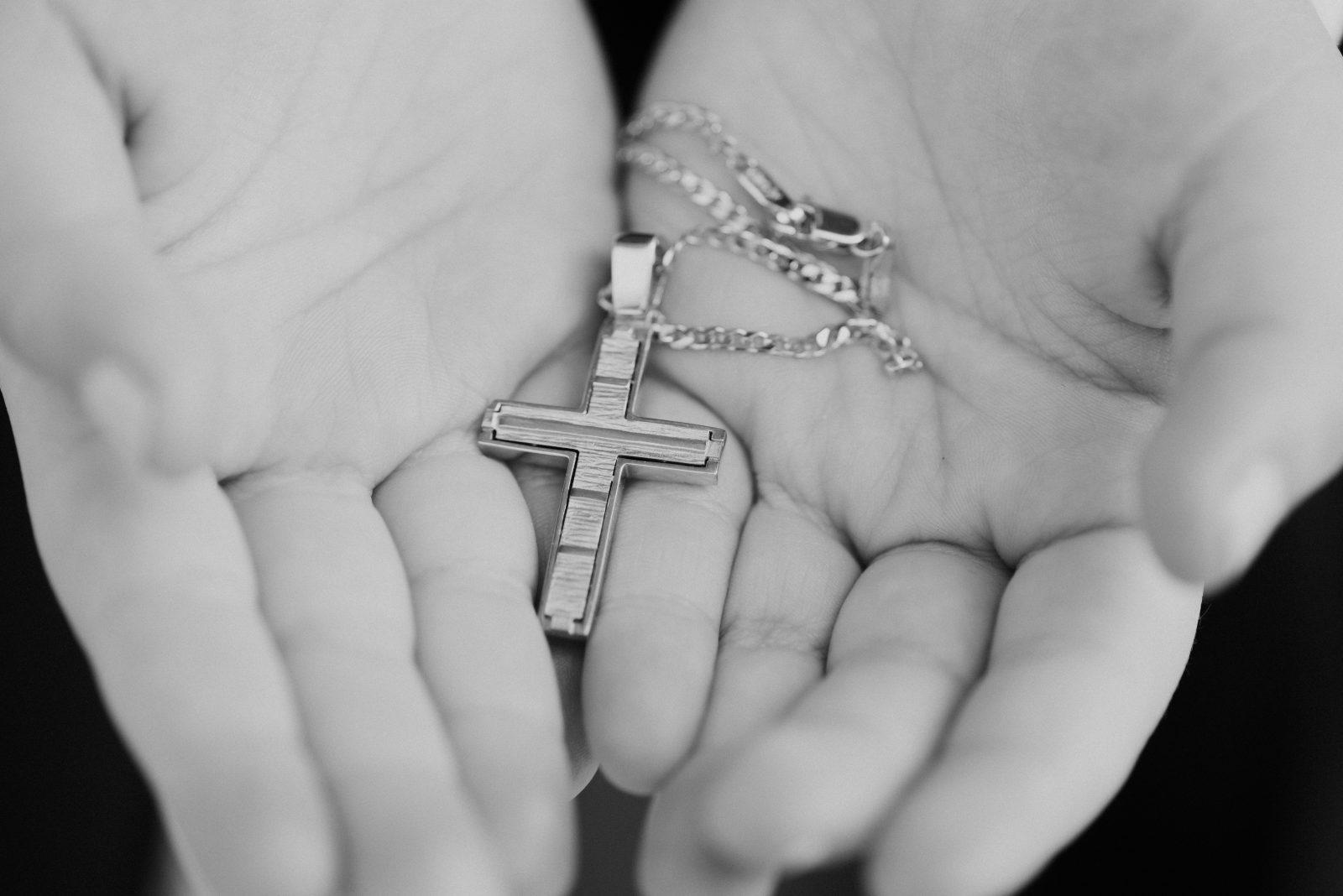 Kreuz in Hand