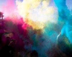 Farbparty und ein Fotoshooting – dazu Holi-Pulver aus natürlichen Zutaten selbst herstellen
