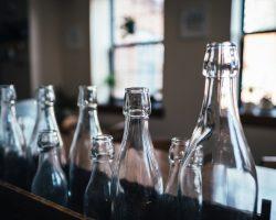 Spiele mit Bechern, Flaschen und Keksen