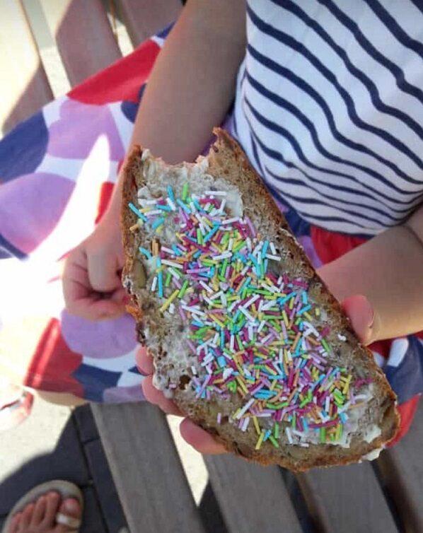 Brot mit bunten Zuckerstreuseln